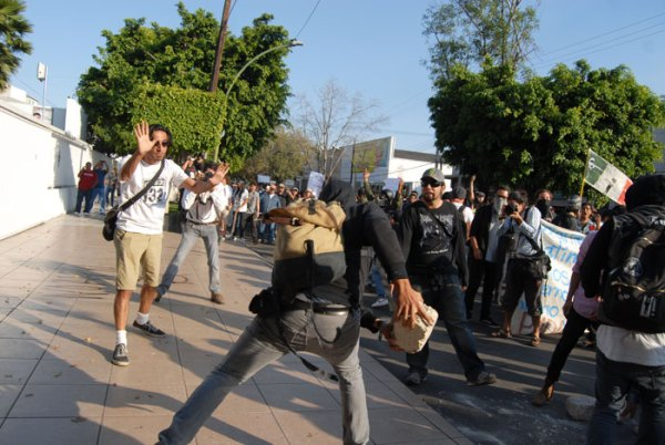 Peaceful #YoSoy132 demonstrators tried to prevent the minority of violent protesters from throwing rocks at the PRI and Televisa offices.