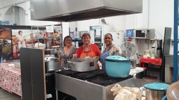 Volunteers cook meals for the migrants using ingredients donated by locals.