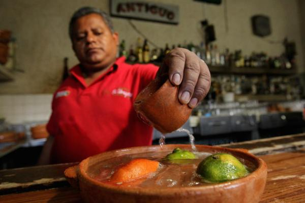 The bartender at El Abajeño prepares a cazuela. All photos by Ulises Ruíz Basurto.